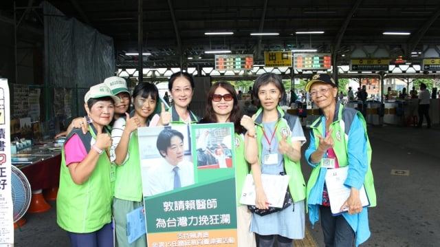 臉書粉專「2020總統大選-挺賴William後援會社團」發起挺賴參選連署,28日志工在台南火車站幫民眾簽署。(林惠娟提供)