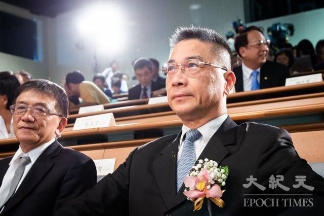 內政部長徐國勇(右)1日表示,放寬陸配探親資格是基於保障人權,台灣也必須協助維持她們的親情。(記者陳柏州/攝影)