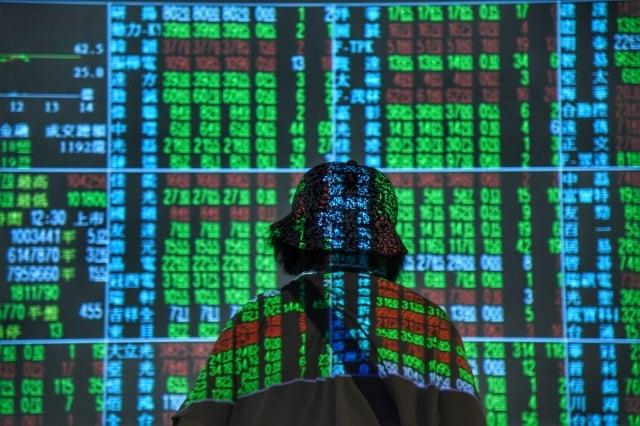 台股6日台股開盤跌118.53點,一度重摔逾200點,摜破年線。(中央社)