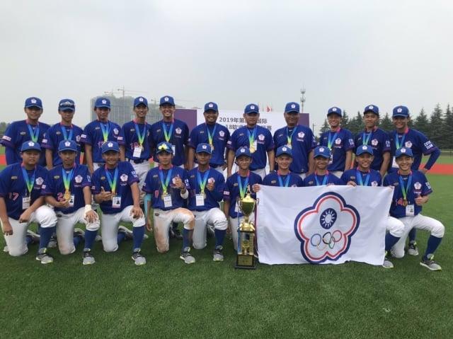 以新北市中華中學為主體的中華軟式青棒代表隊,8日奪下U18國際軟式棒球冠軍。(桃園市學生棒球運動聯盟提供)