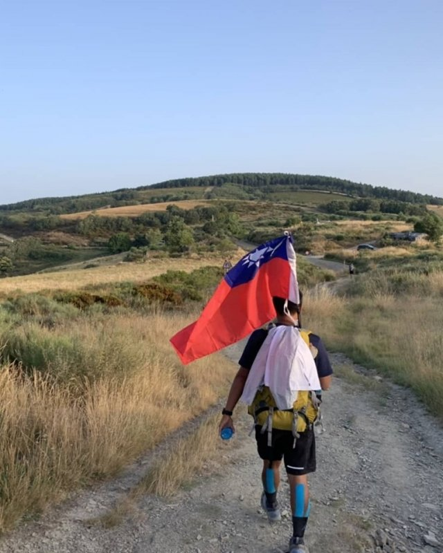 來自嘉義的大學生謝孟恩,上個月帶著中華民國國旗與學長姊,3人徒步踏上西班牙聖雅各朝聖之路。(謝昌任提供)