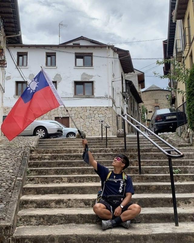謝孟恩說,「在國外扛國旗是種感動,我不為誰扛,只為自己,我來自台灣,我驕傲」。(謝昌任提供)