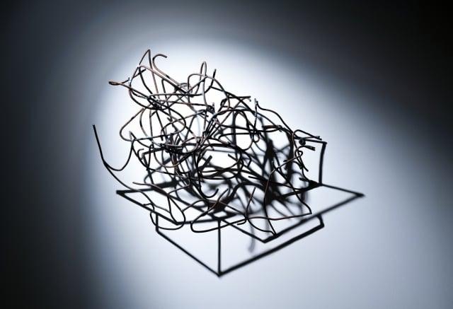 加根,《禮物盒》,鐵、光線,2017。