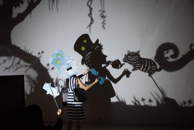 無獨有偶工作室劇團,《假如我是愛麗絲》,布料、紙板、木板、投影片、燈,2019。