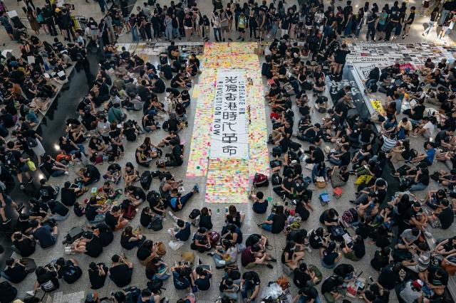 8月11日,香港機場萬人接機活動進入第三天,集會人士在接機大堂靜坐。(Anthony Kwan/Getty Images)