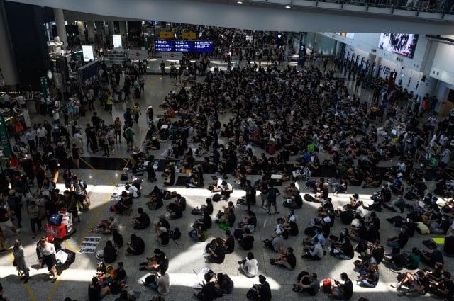 圖為13日香港機場的反送中集會。(Philip FONG / AFP)