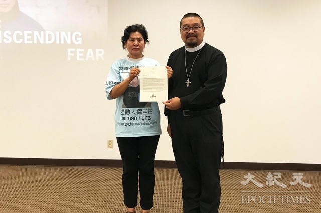 耿和(左)與牧師劉怡(右),收到美國總統川普聲援高智晟的來信。(記者李沁一/攝影)