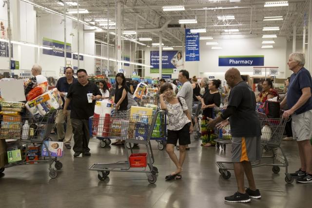 數據顯示,美國就業機會不斷增加,消費者信心指數創新高,整個國家經濟持續強勁成長。圖為購物中心,與本文無關。(Getty Images)