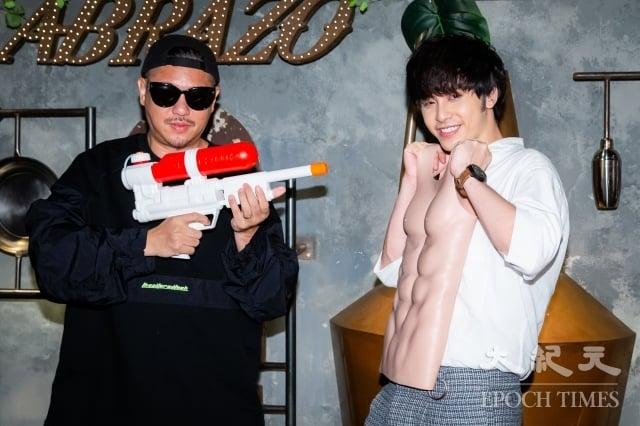 歌手田亞霍(右)13日舉辦發片記者會,擔任專輯總企劃的導演比爾賈(左)送肌肉裝和水槍,期許他保持初心、保護自己。(記者陳柏州/攝影)