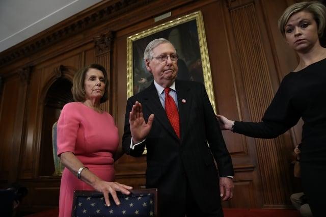 (左起)眾議院議長裴洛西(Nancy Pelosi)與美國參議院多數黨(共和黨)領袖麥康奈(Mitch McConnell)同聲譴責中共。(Win McNamee/Getty Images)