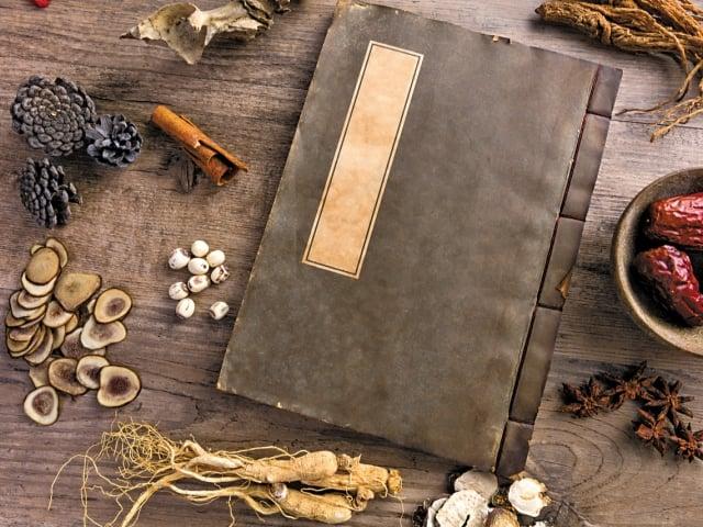 李時珍的《本草綱目》中有不少依據陰陽和五行醫病養生的記載。(Shutterstock)