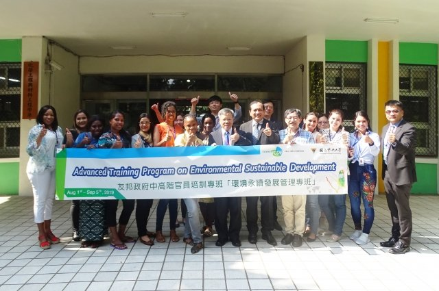 中央大學工學院今年暑假特別開辦「環境永續發展管理專班」試辦計畫,學員來自友邦國家的中高階官員,期一同攜手並進,追求人類永續發展。
