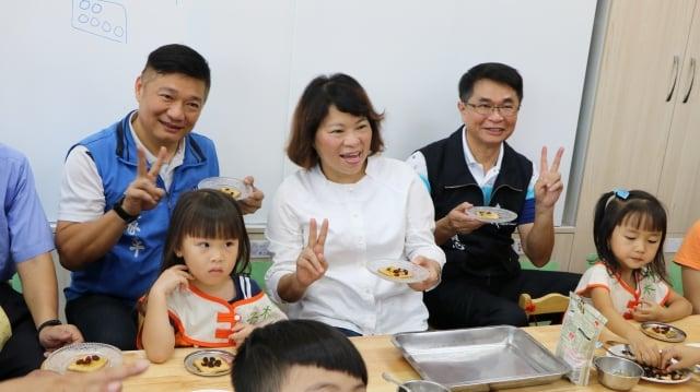 市長黃敏惠及議員更和小朋友一起發揮創意,用果乾裝飾餅乾。