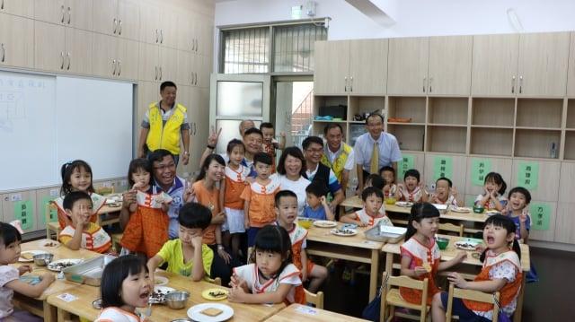 嘉市第3所橡木子非營利幼兒園揭牌日,市長議員等貴賓與園內幼兒分享友誼、分享愛。