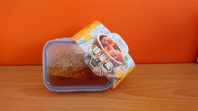 正純食品的蜂蜜系列,還有特別新鮮的蜂巢蜜喔~(正純食品提供)