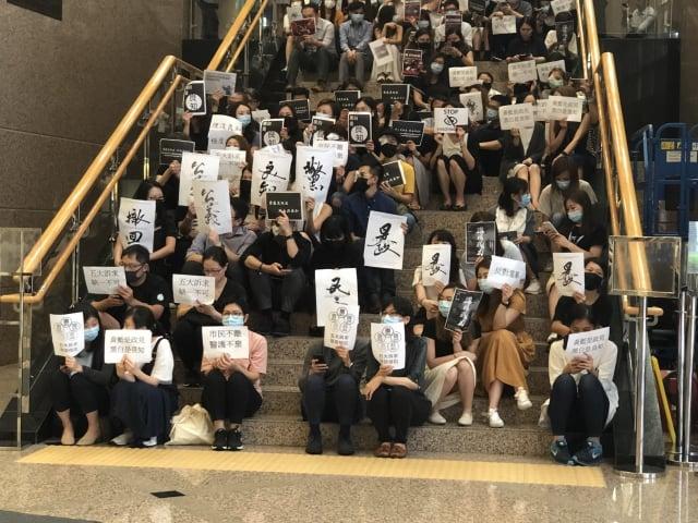 8月13日,數百位九龍醫院的醫護人員靜坐聲討反《逃犯條例》以來警方濫捕、濫用武力的做法,為據悉被警方布袋彈打爆右眼的女子討回公道。(記者葉依帆/攝影)