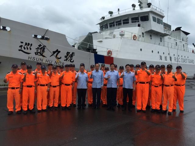 海洋委員會主委李仲威(藍上衣左二)等讚許「巡護九號」圓滿完成遠航60日任務。(海巡署提供)
