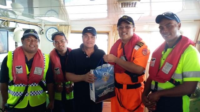 「巡護九號」人員贈送漁民朋友慰問禮品,轉達政府關懷之意。
