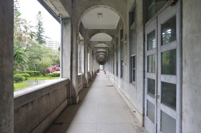 台北機廠總辦公室長廊,已啟動修復。(文化部提供)