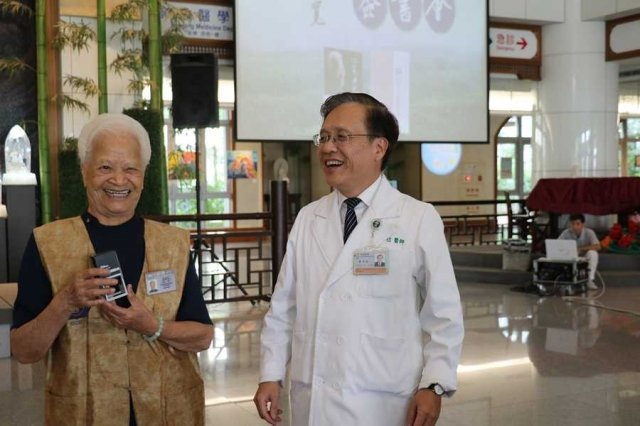 台中慈濟醫院院長簡守信(右)稱蔡寬是「醫院的國寶」,大家都要珍惜。