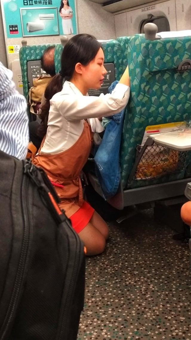 高鐵女服務員安撫哭泣的女乘客,直到乘客車下車,這舉動好暖,網友讚心美人更美。(Sean Wu提供)