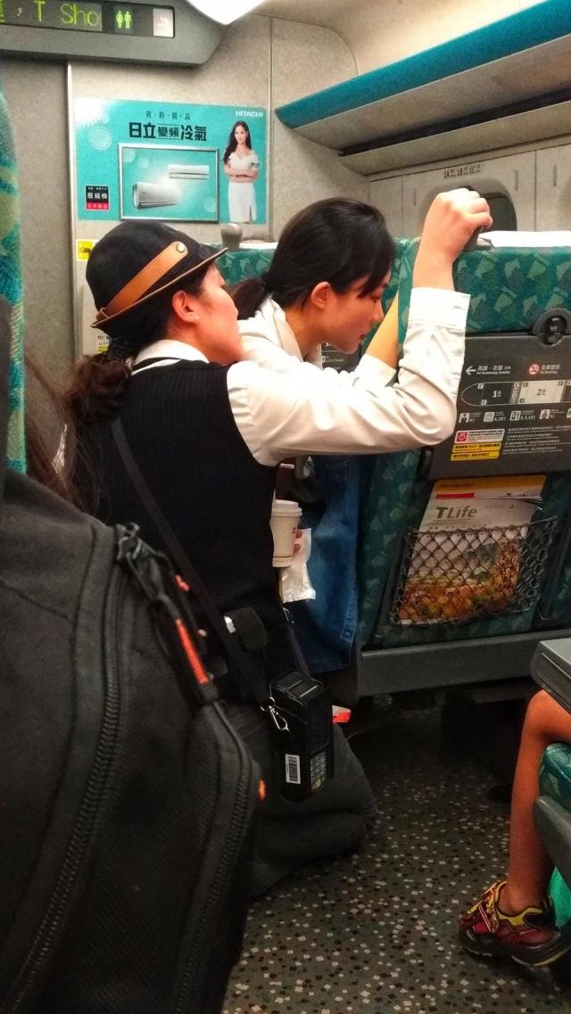 有乘客目擊,一名高鐵女服務員貼心安撫車上情緒不穩的女乘客,前後耗時快一小時,讓看到的網友都紛紛大讚這名服務員「心美,人更美」。