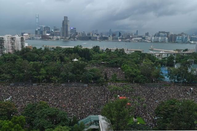 「民間人權陣線」18日在維多利亞公園發起「流水式集會」,要求香港政府撤回《逃犯條例》修訂,儘管天候不佳,但人潮仍擠滿6個足球場。(MANAN VATSYAYANA/AFP/Getty Images)
