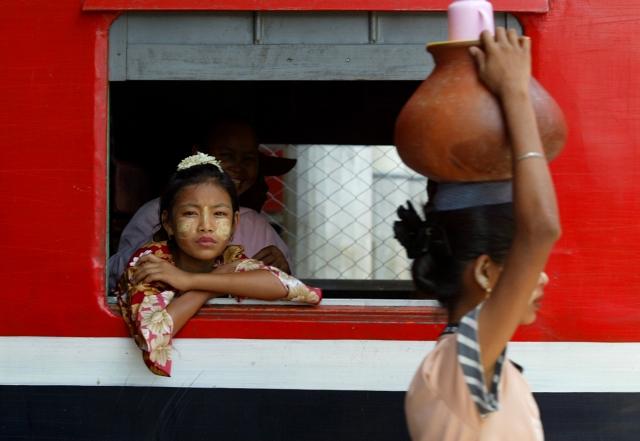 一名緬甸少女在火車上。圖為示意圖。(Paula Bronstein/ Getty Images)