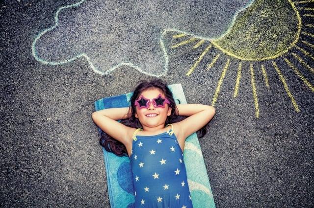 紫外線B光(UVB)可幫助皮膚生成維他命D,是骨骼健康的要素,如果不晒太陽,就必須從飲食中攝取維他命D。(123RF)