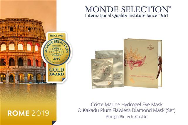 亞美果企業旗下品牌依嫩膚「海茴香逆齡膠彈眼膜」及「卡卡杜無暇透亮鑽黃金面膜組」,於今年世界權威品質評選會(Monde Selection)上獲得金獎殊榮。(亞美果提供)