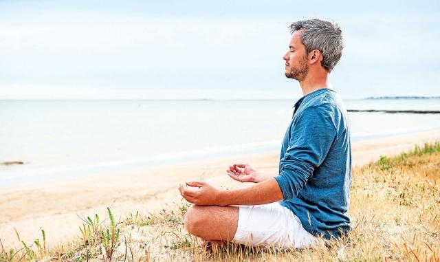 壓力是造成肥胖的原因之一,通過靜坐可改善慢性壓力,減少腎上腺皮質醇的濃度,幫助身體修復,讓身心回歸平和。(Shutterstock)