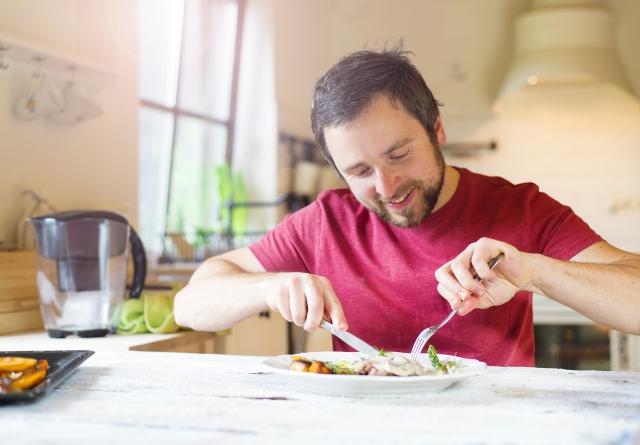 所謂「健康餐盤」,就是把一個餐盤分成4份,按比例放入蔬菜、水果、穀物、蛋白質等不同種類的食物,這樣就能有效地保持攝取飲食的營養均衡。(Fotolia)