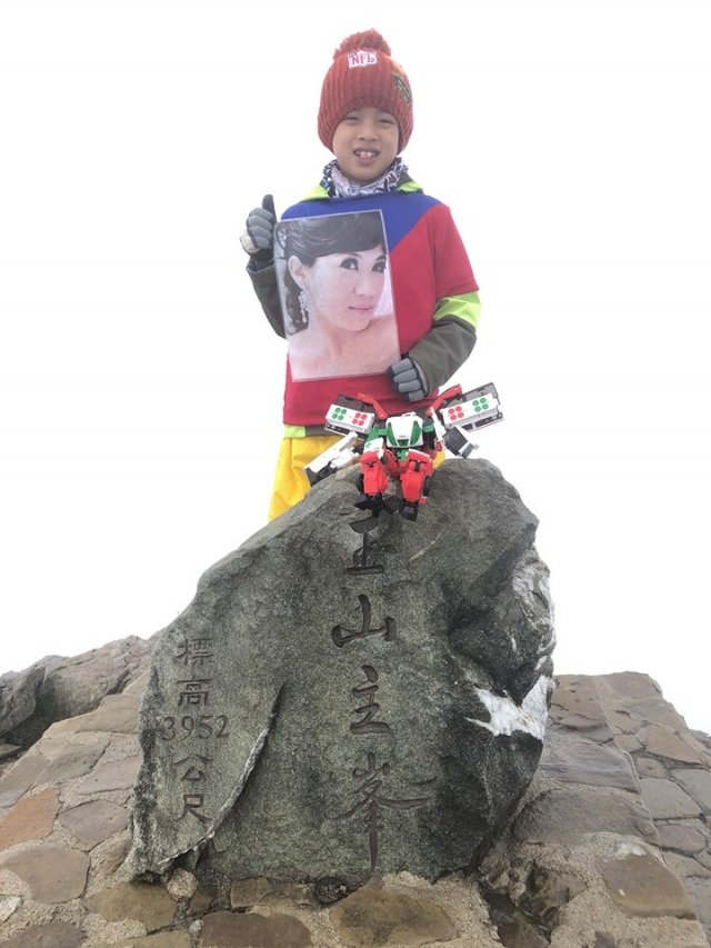 一行四人花了2天時間,跋涉21.8公里攻頂,小綱拿出母親的照片,「媽咪,我們到了,我揹妳一起來玉山主峰!」