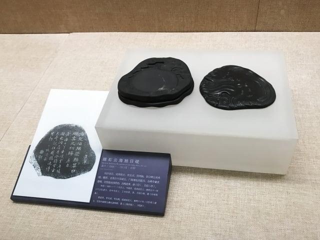呈列在廣州市陳氏宗祠(廣東民間藝術博物館)的古老硯。1894年,這裡舉辦了科舉考試。(Shutterstock)