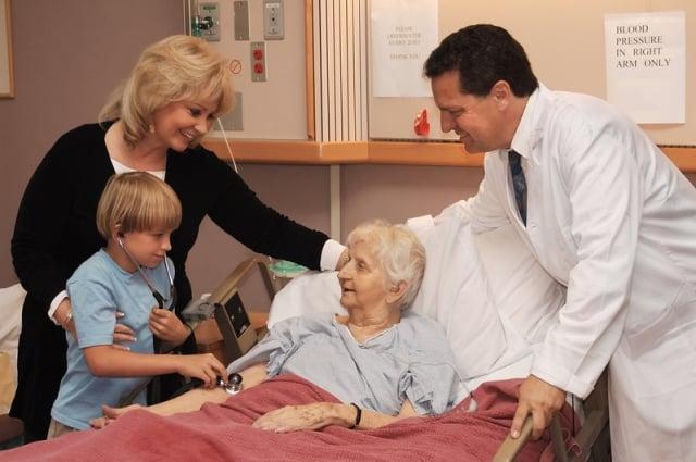 醫院簽署「預立醫療指示」,當面臨末期病人、不可逆轉昏迷、永久植物人狀態、極重度失智,或特殊疾病(經政府機關公告)時,家人和醫護人員能夠尊重他先前的自主決定,捍衛他的善終。(Fotolia)