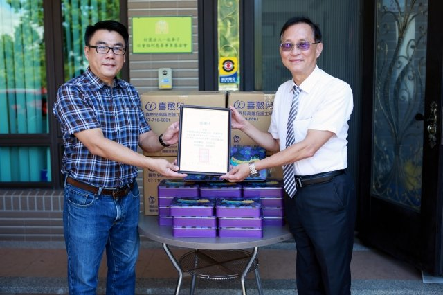 張竣傑主任贈送感謝狀給宜蘭郵局局長周昆法(右)。