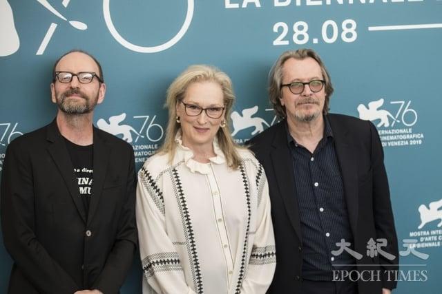 威尼斯電影節上《洗鈔事務所》舉行全球首映,導演史蒂芬索德柏(左起)、女主角梅莉史翠普、男主角蓋瑞歐德曼合影。(記者Marius Iacob/攝影)