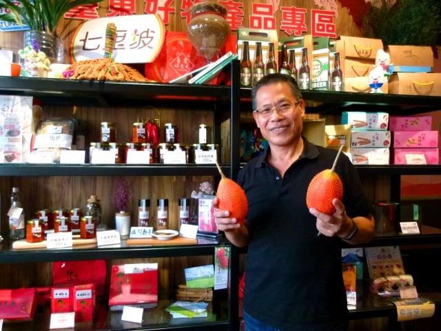 七里坡董事長黃焜林用木鱉果做成果汁和養生料理。