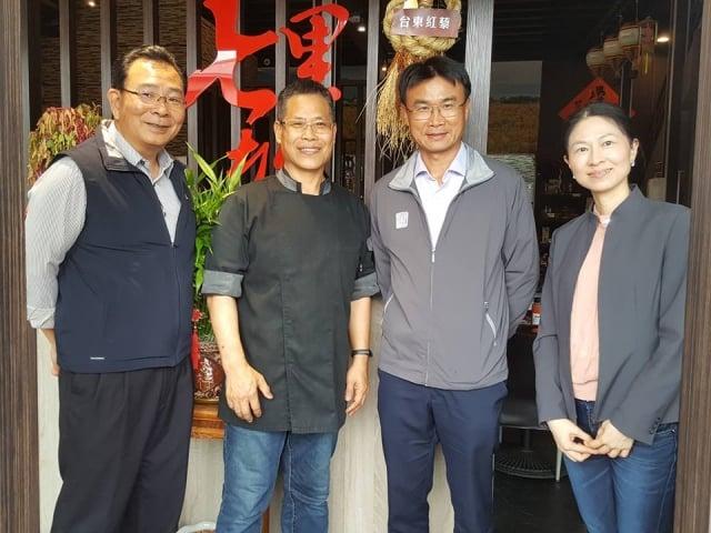 行政院農委會主委陳吉仲(右2)、台東農改場場長陳信言(左1) 在七里坡養生餐廳。
