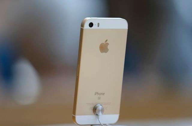 日媒報導,蘋果公司或在明年推出平價小螢幕手機iPhone SE(圖)的新版本。(Getty Images)