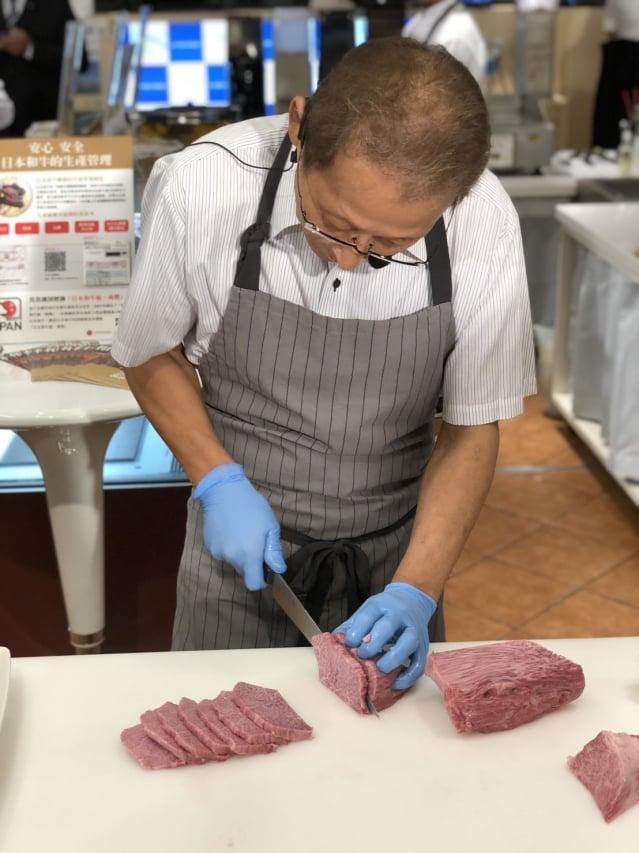 日本和牛達人嶋本育史示現切和牛秀。(公關提供)