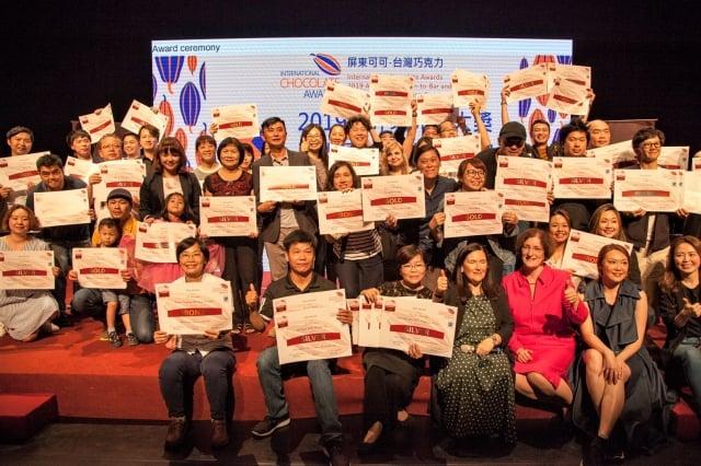 「2019世界巧克力大賽亞太區競賽」來自亞洲14個國家選手參賽,獲獎選手與亞洲、歐洲、美洲可可專業品評師合影。(記者鄭池南/攝影)