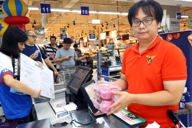 家樂福內湖店9月8日領先全台開賣山竹,紀先生特地從桃園來內湖,幸運的買到山竹。