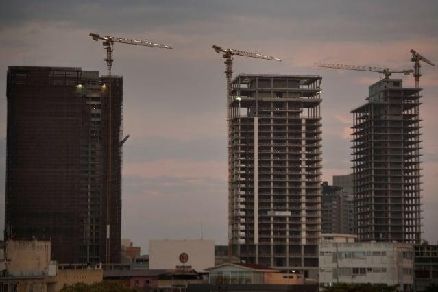 2014年國際原油價格爆跌,使石油收入占70%的安哥拉陷入經濟危機。圖為2018年11月10日,盧安達未完工的高樓大廈。(AFP/Getty Images)