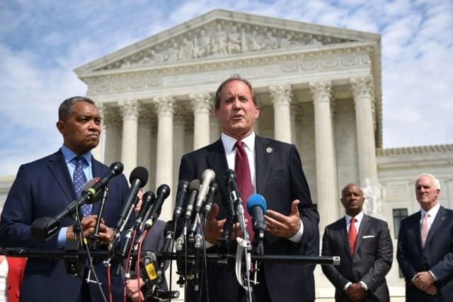 德州總檢察長派克斯頓(中說話者)9月9日宣布,全美50位州總檢察長聯合調查谷歌是否涉及壟斷市場。(AFP/Getty Images)