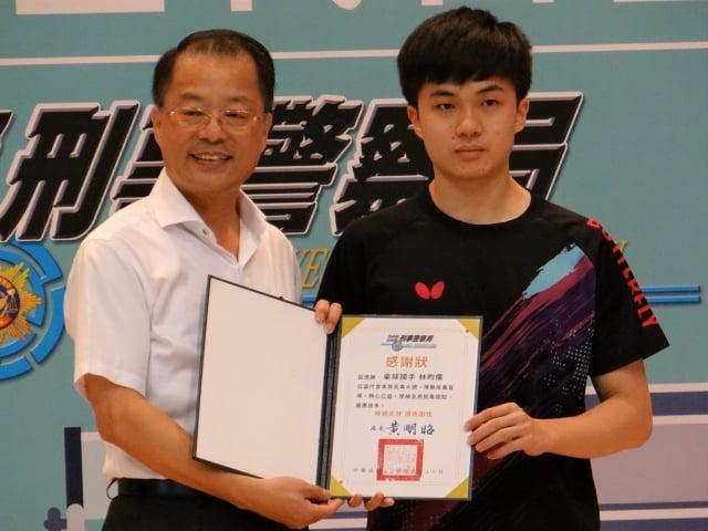 刑事局長黃明昭(左)頒發感謝狀給反毒大使林昀儒(右)。(記者袁世鋼/攝影)