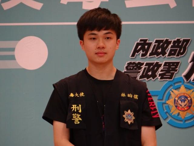 反毒大使林昀儒身穿刑事局紀念背心。