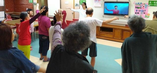 提供樂齡體適能活動如椅子操等。