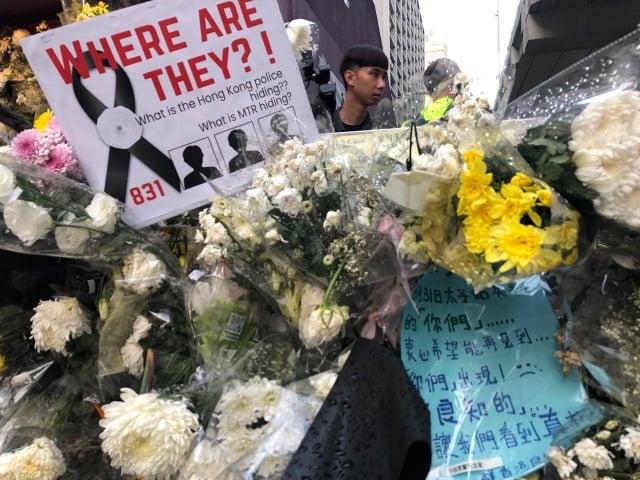 9月7日傍晚,港鐵太子站外大批民眾前來獻花,要求港鐵公開8.31警察襲擊的監視錄影真相,並急尋三名受重傷的失聯示威者。(記者余天佑/攝影)
