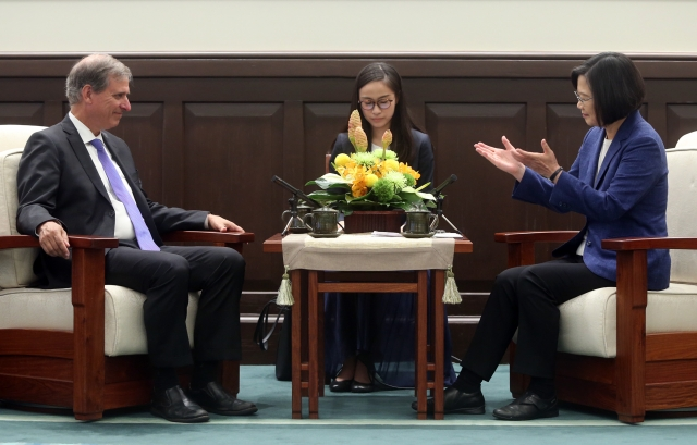 總統蔡英文(右)11日在總統府接見美國國務院「民主、人權暨勞工局」副助卿巴斯比(Scott Busby)(左)。(中央社)